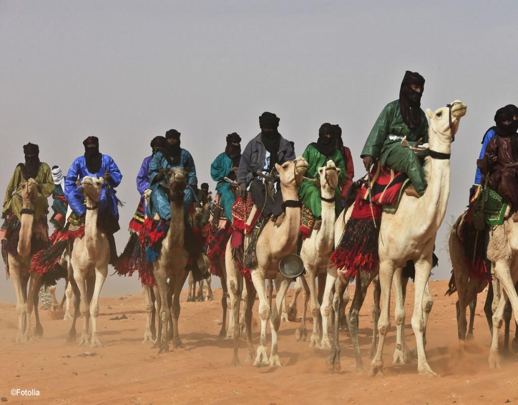 Seit Jahrhunderten bewährte Haut- und Hitzeschutzkleidung in der Wüste: dunkle, locker getragene Baumwollkleidung.