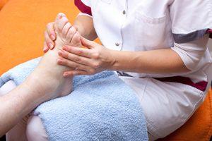 Ein diabetischer Fuß muss regelmäßig zur Fußpflege